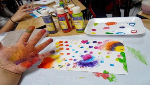Pintar con los dedos utilizando tempera